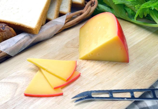 時間が経って硬くなったエダムは粉チーズにしてお料理に。